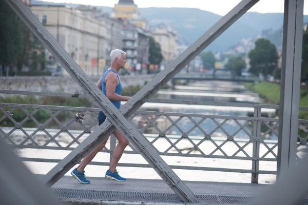 huebscher senior mann joggen