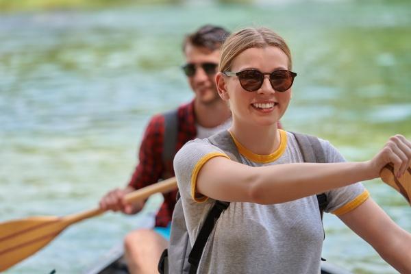 freunde fahren kanu in einem wilden
