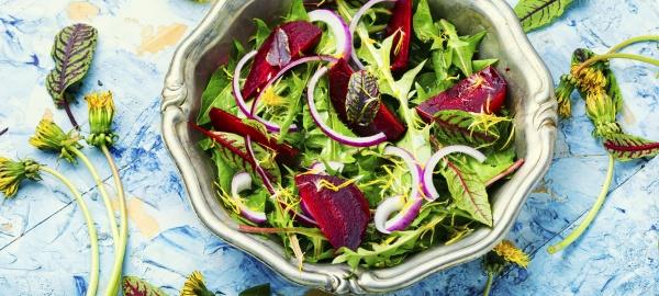 fruehlingsgruen und rote bete salat platz