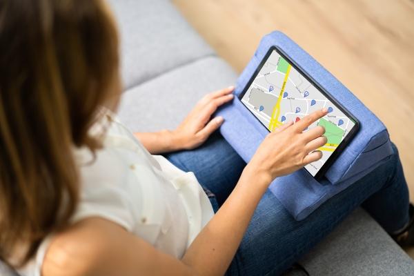 frau die online auf dem tablet