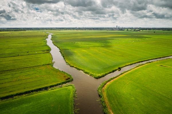 luftaufnahme von kanaelen durch landwirtschaftliche felder