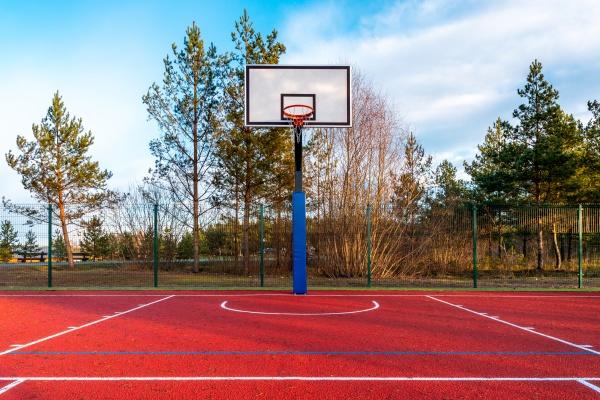 leerer basketballplatz im freien gefunden