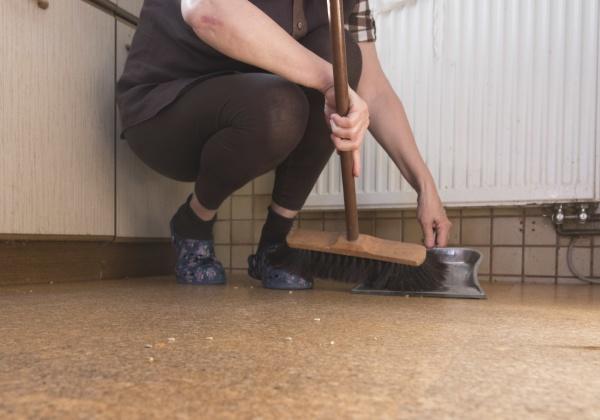 frau mit besen reinigung als unbezahlte