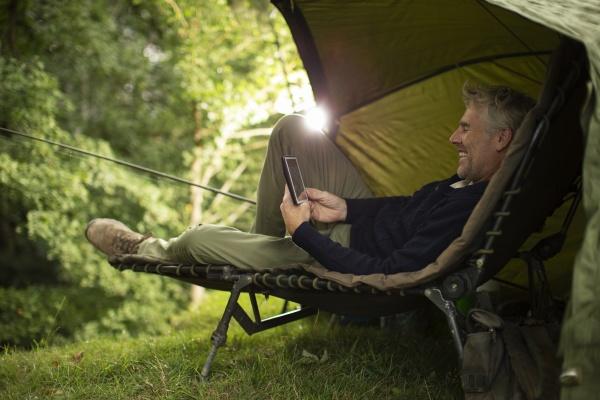 mann im camping lounge stuhl angeln