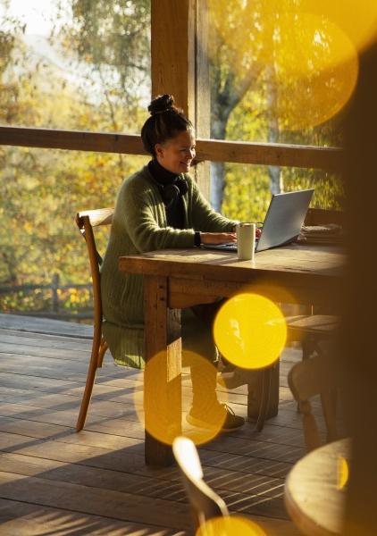 kleinunternehmer der am laptop im sonnigen