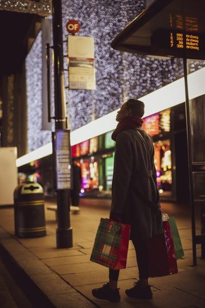junge, frau, mit, weihnachtseinkaufstaschen, auf, dem - 30219904