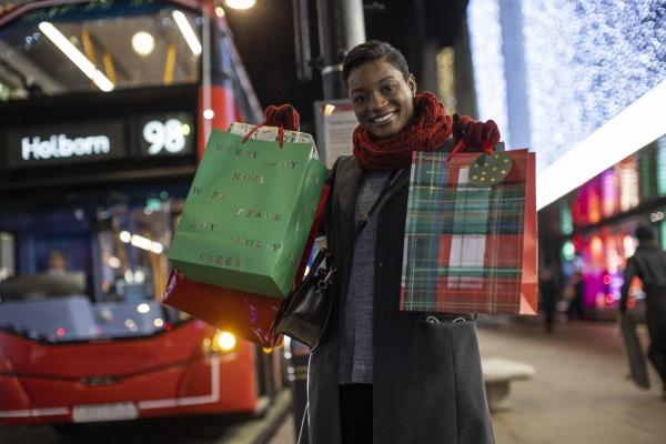 porträt, glückliche, junge, frau, mit, weihnachtsgeschenken - 30220614