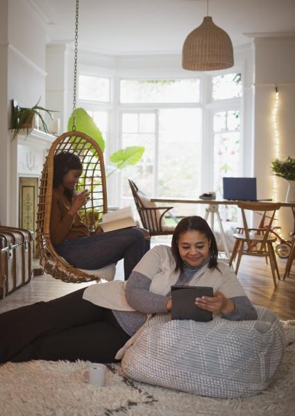mutter und tochter lesen digitales tablet