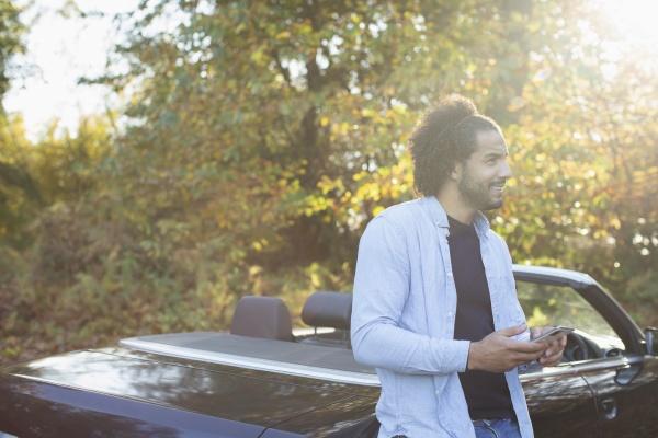 junger, mann, mit, smartphone, am, cabrio - 30221375