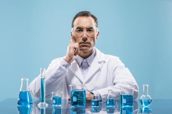 portraet eines wissenschaftlers mit bechern mit