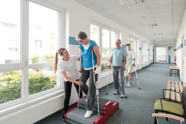 senioren in der rehabilitation lernen wie