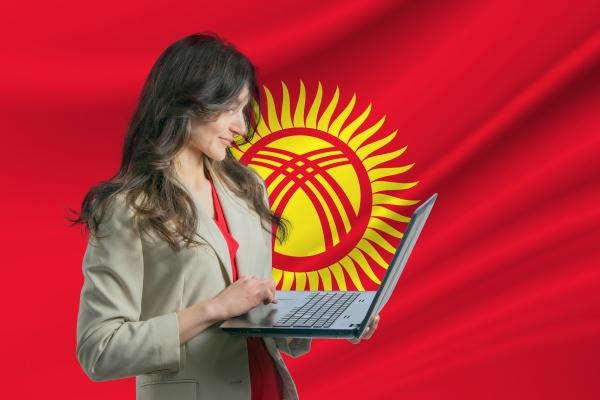 freiberufler in kirgisistan schoene junge frau