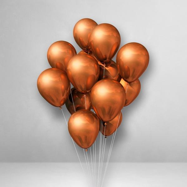 kupferballons buendeln sich auf weissem wandhintergrund
