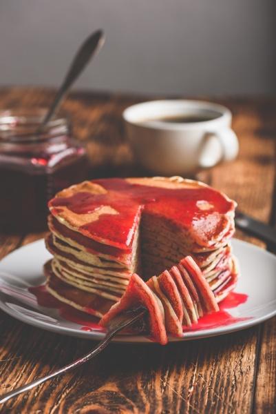 stapel amerikanischer pfannkuchen mit roter beerenmarmelade