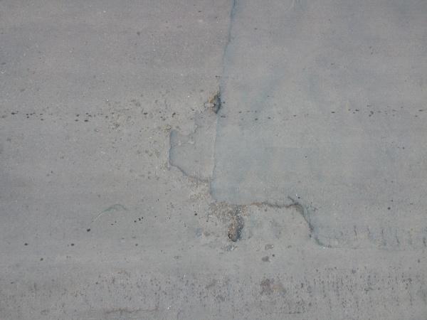 schlagloecher auf dem asphalt hintergrund