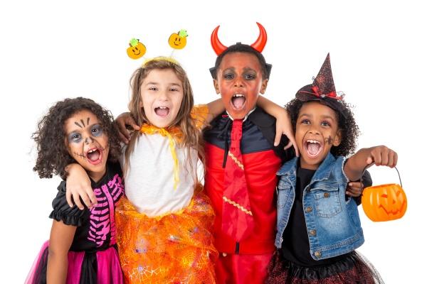 gruppe von kindern in halloween kostuemen