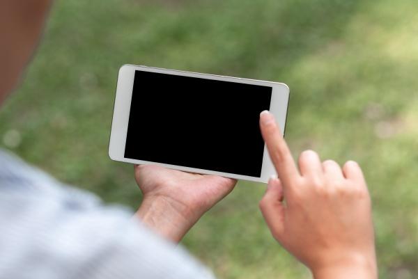menschen miteinander verbinden sprachvideoanrufe kommunikationsgeraete fehlerbehebungsgeraet