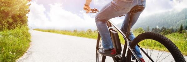 mann faehrt elektro mountainbike