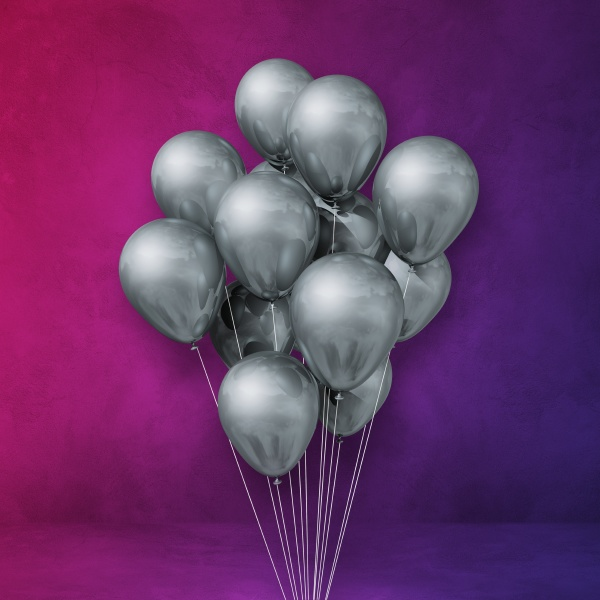 silberne ballons buendeln sich auf einem