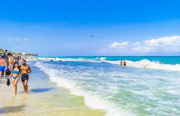 tropischer mexikanischer strand voller menschen playa