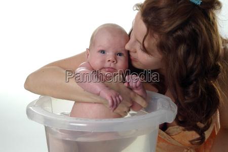 mutter kuesst baby beim baden