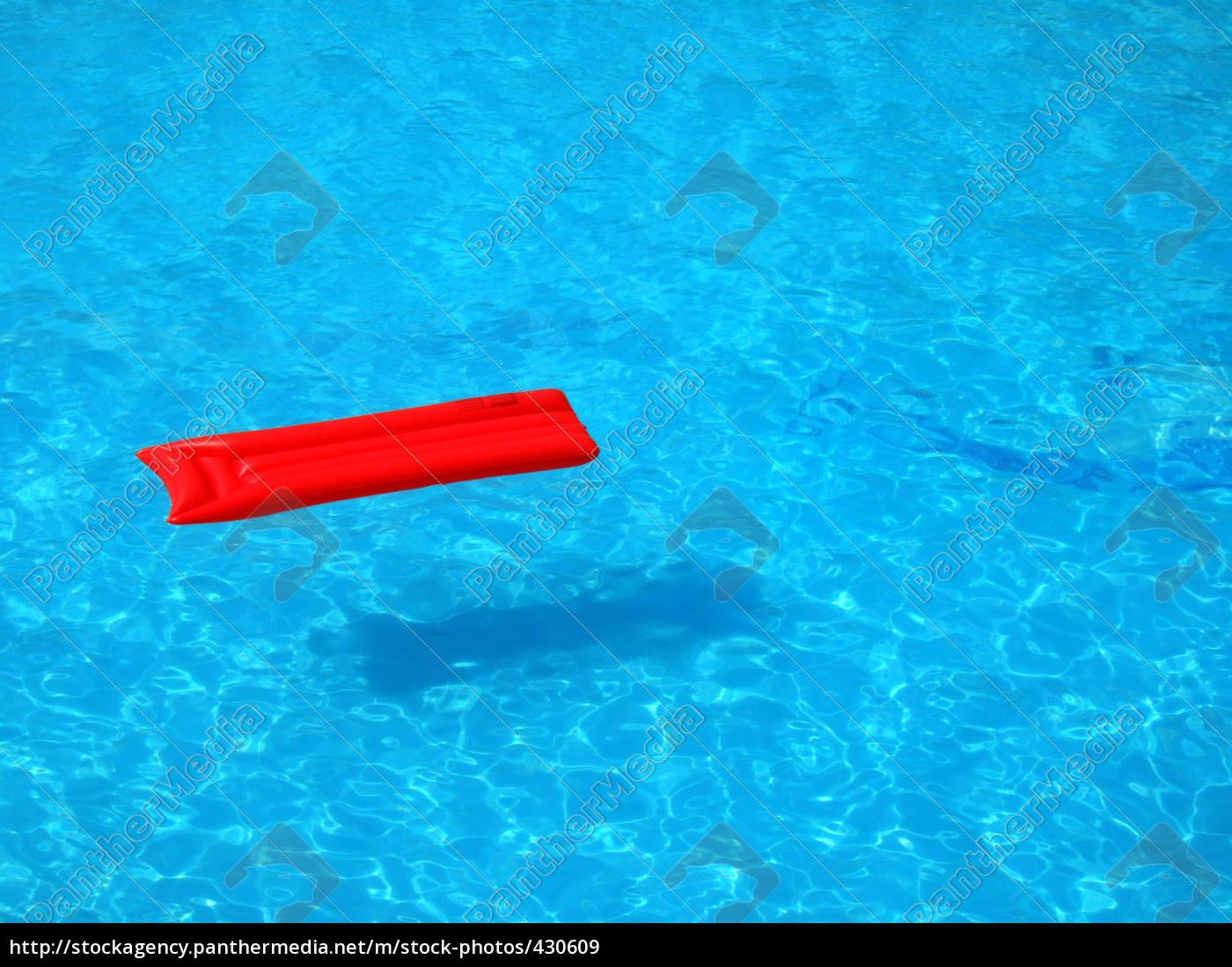 Rote Luftmatratze im Pool - Lizenzfreies Bild - #430609 ...