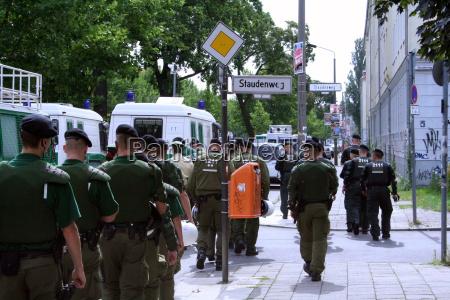 polizei laeuft neben demonstration