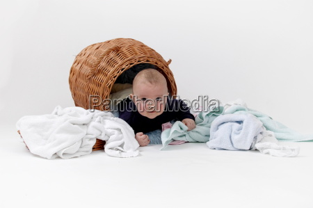 baby im waeschekorb