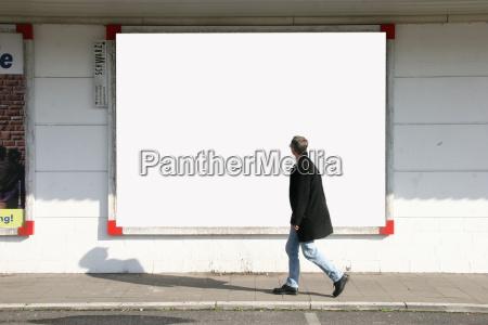 mann mit plakatwand 1