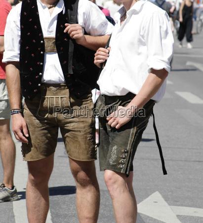 maenner mit bayrischen lederhosen