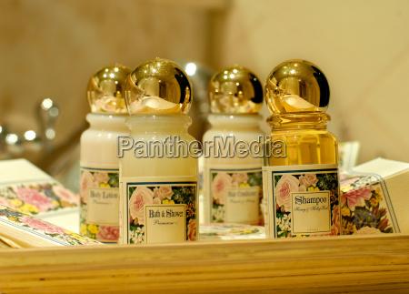 badezusaetze und shampoo in einem hotelba