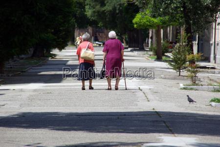 zwei alte damen gemeinsam unterwegs