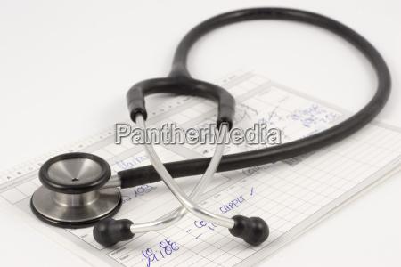 stethoskop auf untersuchungsbericht