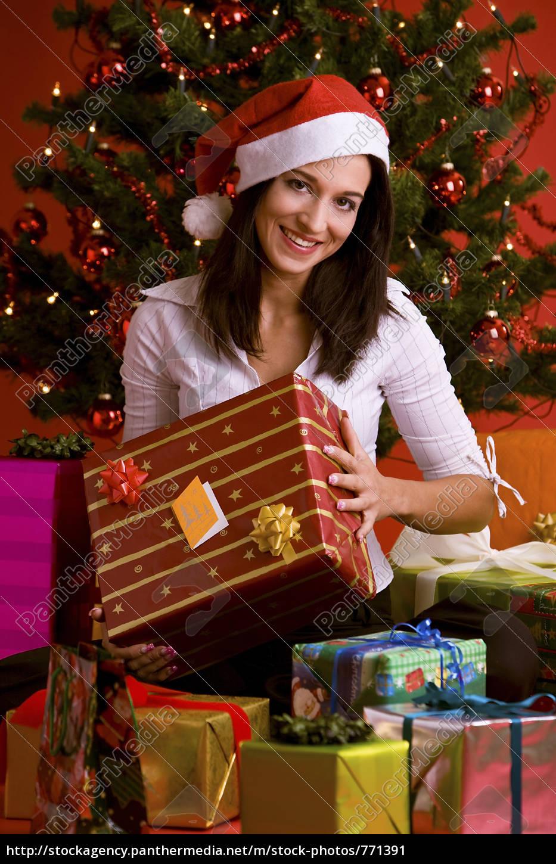 Frau mit Weihnachtsgeschenk - Lizenzfreies Bild - #771391 ...