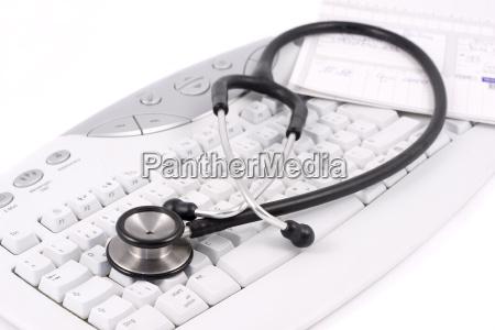 stethoskop auf computertastatur