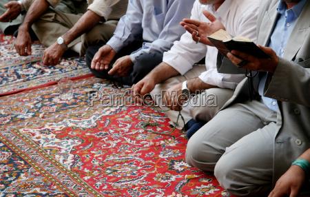 singende muslime in moschee