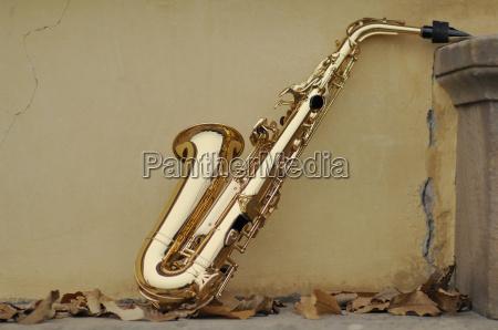 saxophon mit herbstlaub