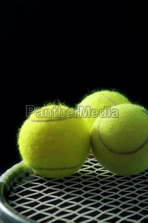 3 tennisbaelle auf schlaeger