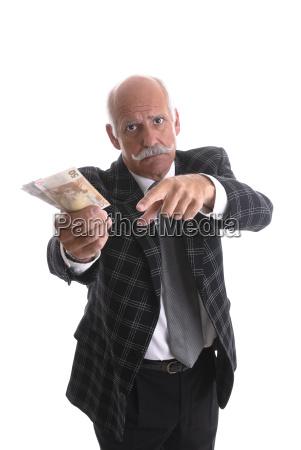 rentner haelt geld in der hand
