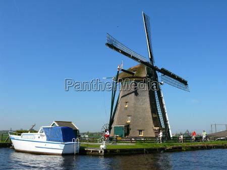 radfahrer an der windmuehle nl