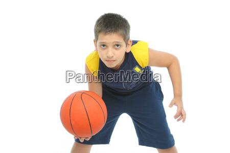 junge spielt basketball isoliert