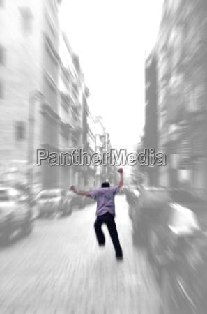 verrueckt laufenden mann