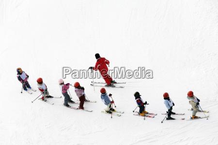 kinder lernen das skifahren