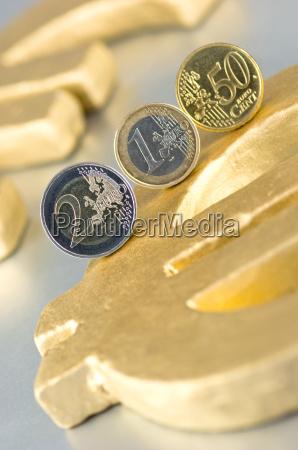 euromuenzen auf eurozeichen