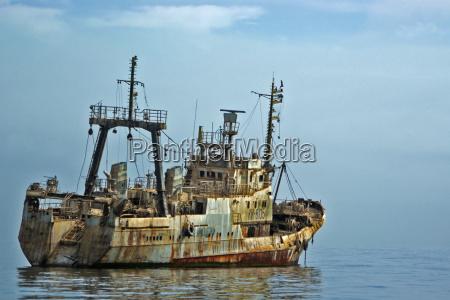 altes schiffswrack auf dem meer