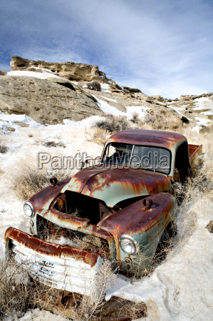 verlassenes auto im schnee