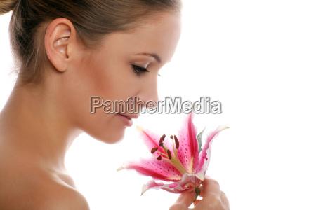 beauty portrait einer frau mit blume