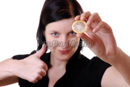 frau haelt kondom