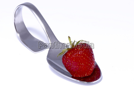 erdbeere auf loeffel