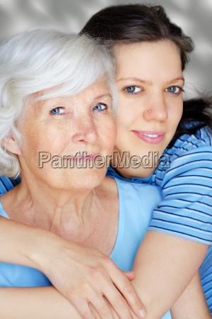 grossmutter und erwachsene enkelin umarmt